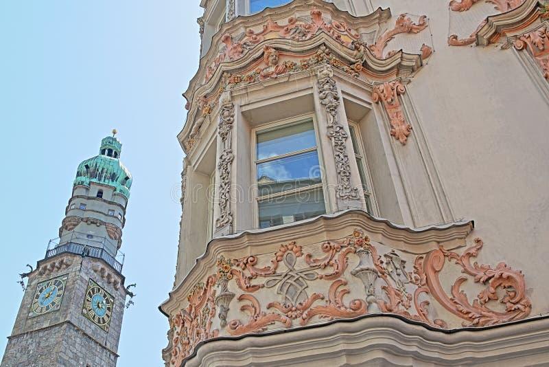 位于历史的中心装饰用雕刻和的房子门面在街道赫佐格弗里德里克Strasse上,和Stadtturm C 免版税库存照片