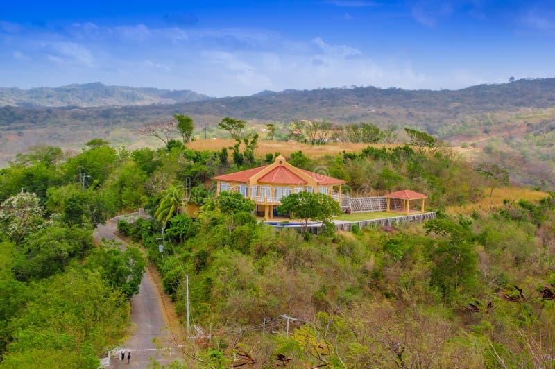位于圣胡安del苏尔镇城市的一些大厦鸟瞰图  免版税库存照片