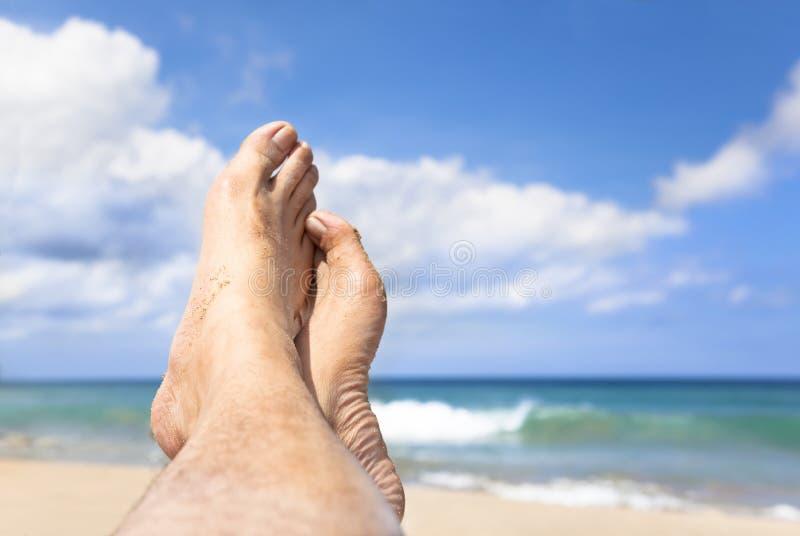 位于在海滩的英尺 免版税库存图片