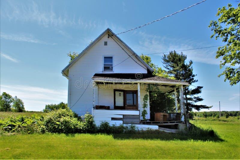 位于富兰克林县的被放弃的被毁坏的老房子,北部纽约,美国 免版税库存图片