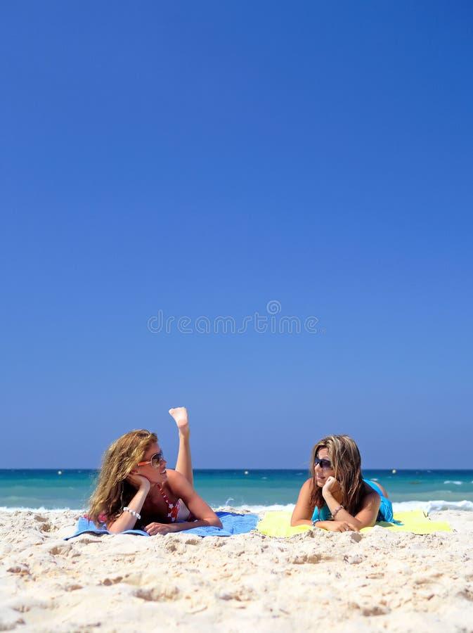 位于有吸引力的海滩新二名的妇女 库存照片