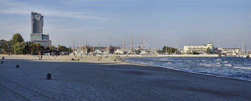 位于格丁尼亚黄昏中央城市口岸的主要海滩波兰9月29日, 图库摄影