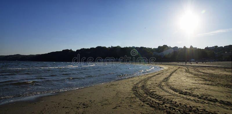 位于格丁尼亚黄昏中央城市口岸的主要海滩波兰9月29日, 免版税库存照片
