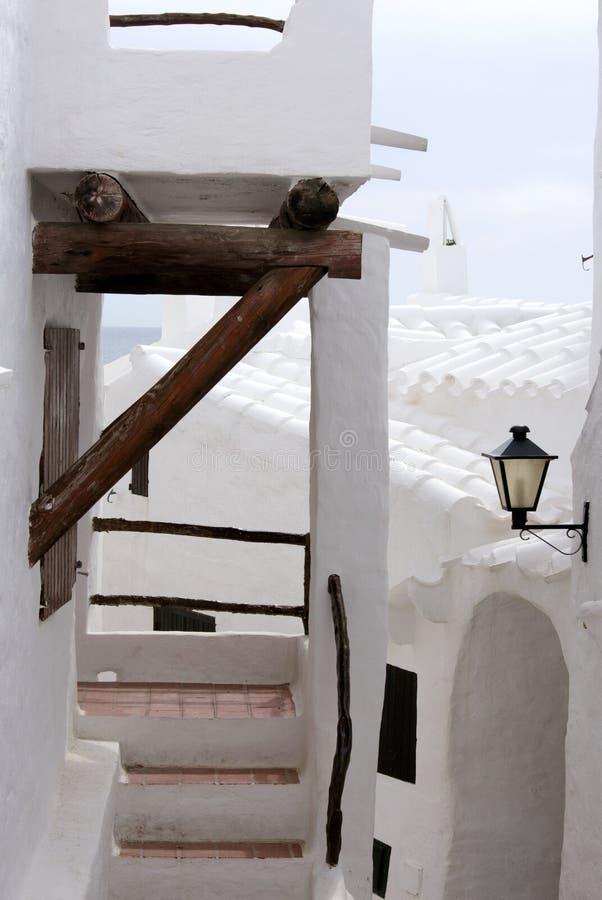 位于梅诺卡,巴利阿里群岛海岛的一典型的地中海渔村的图象  免版税库存图片