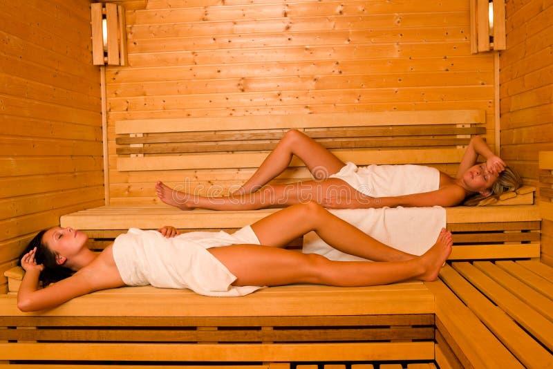 位于的松弛蒸汽浴毛巾二妇女被包裹 免版税库存图片