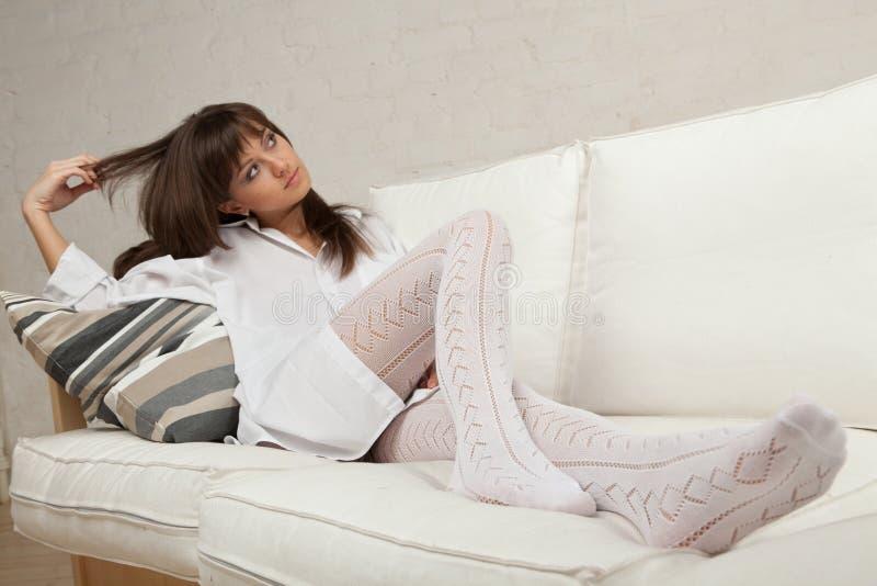 Download 位于的沙发妇女年轻人 库存图片. 图片 包括有 早晨, beauvoir, 查找, 相当, 位于, 坐垫 - 15697439