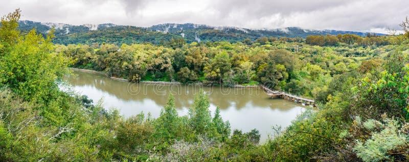 位于碧玉里奇生物蜜饯的Searsville湖在一阴天,旧金山湾区,加利福尼亚 库存照片