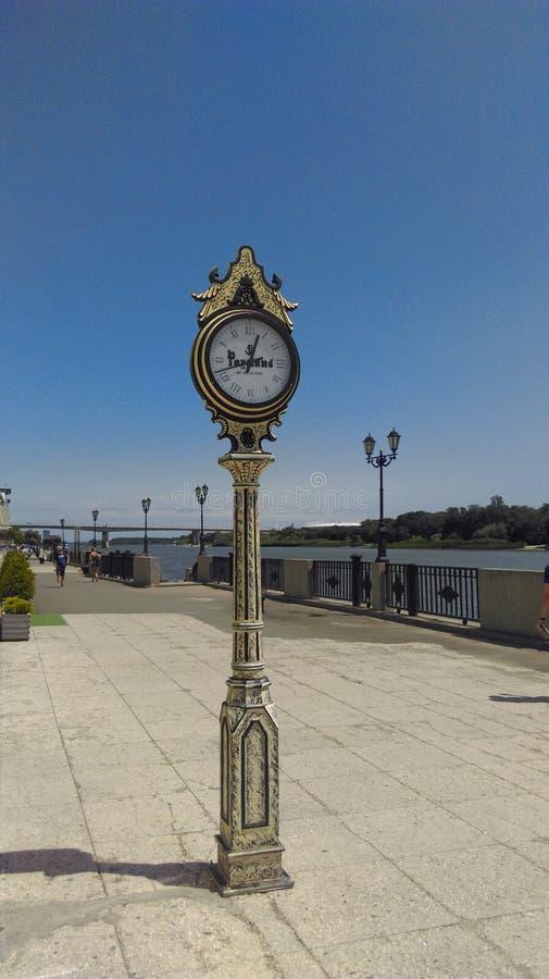 位于顿河畔罗斯托夫的江边的时钟  免版税库存照片