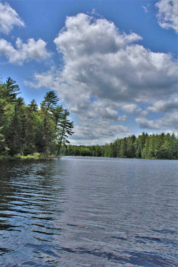 位于Childwold的伦纳德池塘,纽约,美国 免版税库存照片