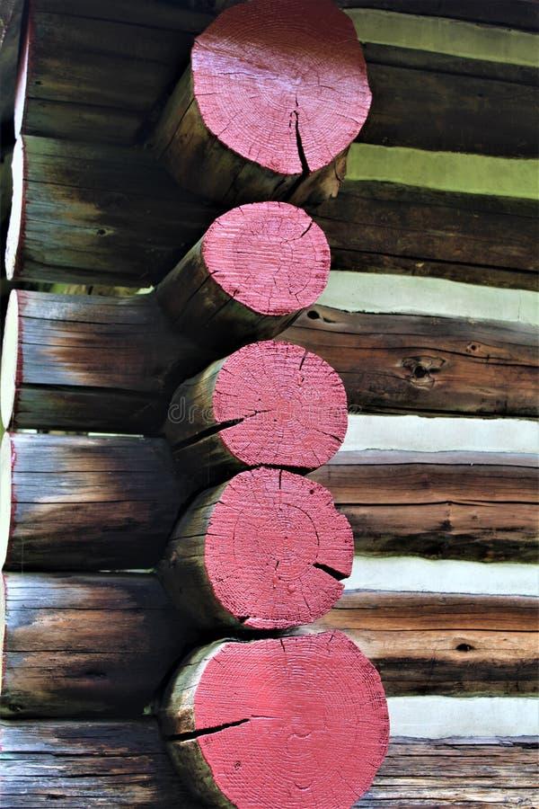 位于Childwold的土气老原木小屋日志,纽约,美国 免版税图库摄影