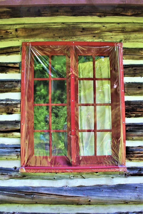 位于Childwold的土气老原木小屋窗口,纽约,美国 库存照片