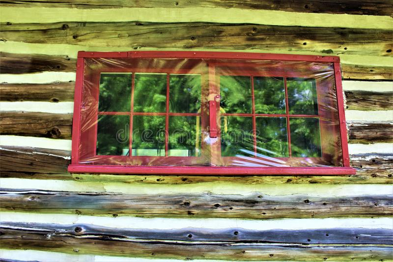 位于Childwold的土气老原木小屋窗口,纽约,美国 库存图片