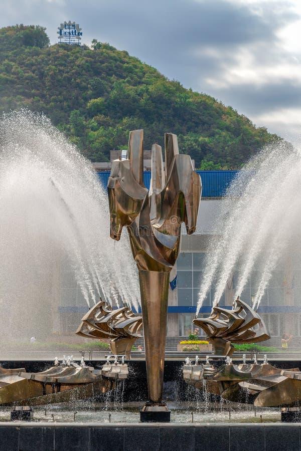 位于Resita中心广场的运动喷泉,吉卜赛 免版税库存照片