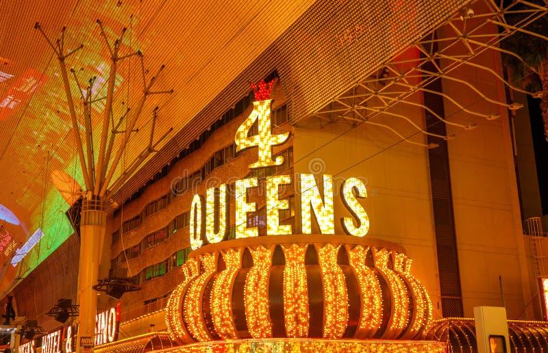 4位女王/王后赌博娱乐场,路牌在晚上 图库摄影