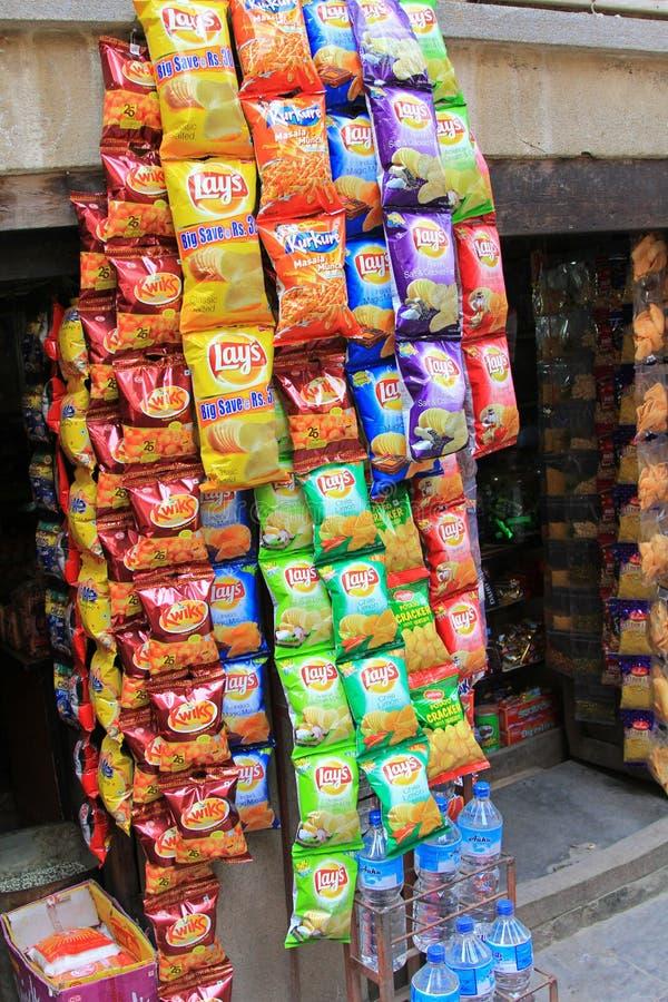 位置的,土豆片在街道上卖了在加德满都,尼泊尔 免版税库存图片