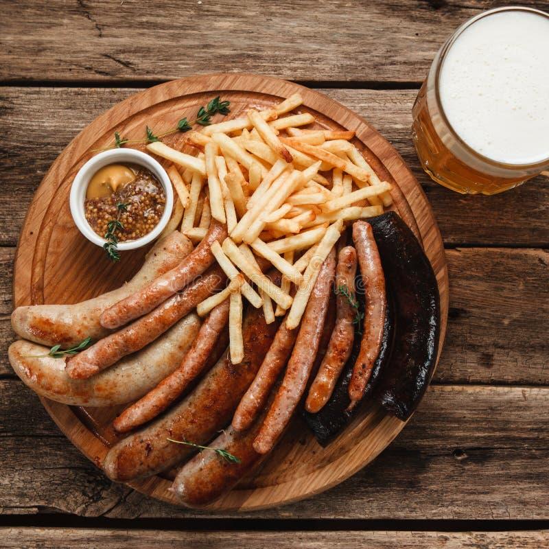 低度黄啤酒用烤香肠 慕尼黑啤酒节菜单 免版税库存图片