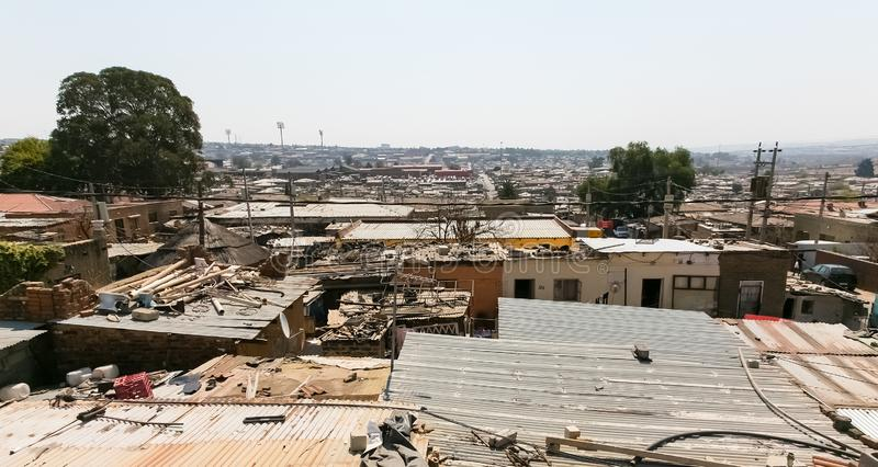 低收入房子大角度屋顶视图在亚历山德拉乡约翰内斯堡南非 库存图片