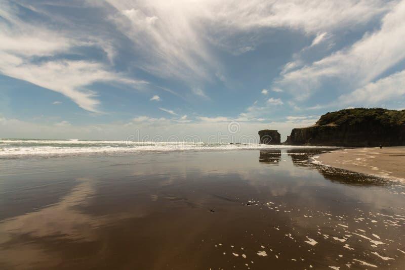 低潮中Muriwai的海滩 免版税库存照片