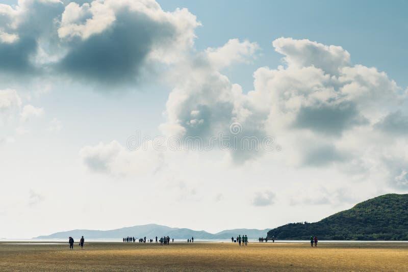 低潮风景与绿色山,与人的云彩天空的在Toong Pronge海湾的背景中在Chon Buri 免版税库存图片