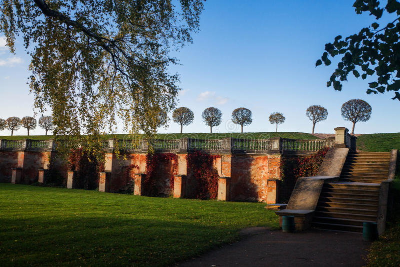 更低的公园在Peterhof 库存图片
