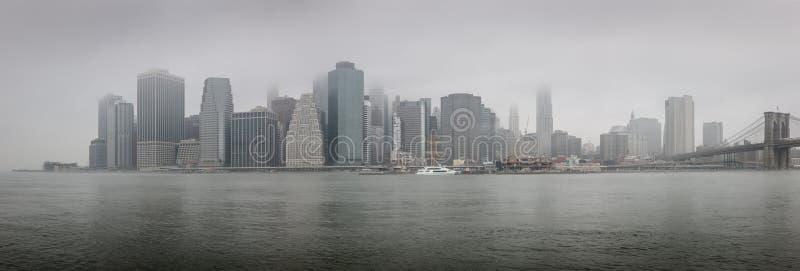 更低的曼哈顿在一个有雾的早晨- NYC全景  免版税库存图片