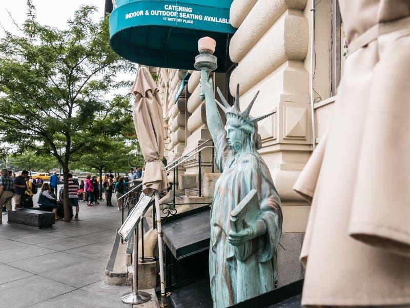 更低的曼哈顿的Liberty夫人微型外部食家商店 库存图片