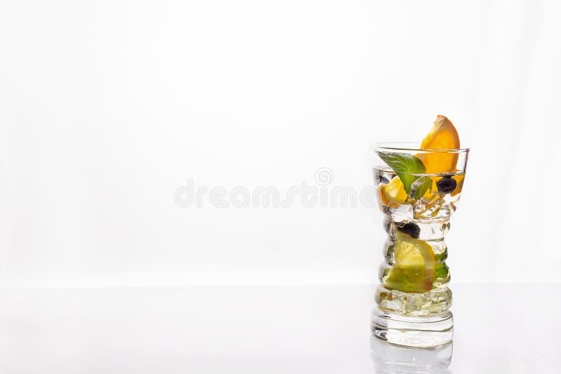 低角度关闭金汤尼苏打冰冷的现代食家工艺鸡尾酒柠檬切片装饰的 库存图片