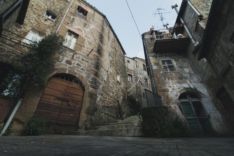 低角度复杂建筑学在老中世纪镇在意大利 免版税图库摄影