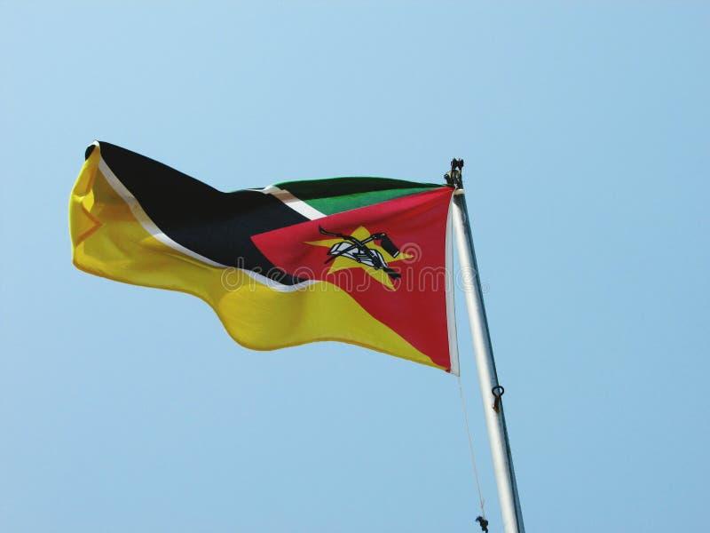 低角度射击了吹在风的莫桑比克旗子在首都马普托 免版税库存图片