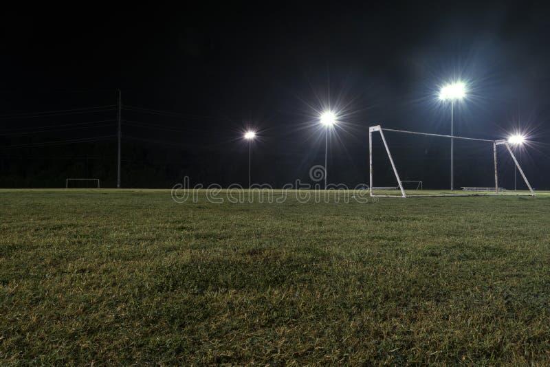 低角度目标夜照片在空的足球场的 库存图片