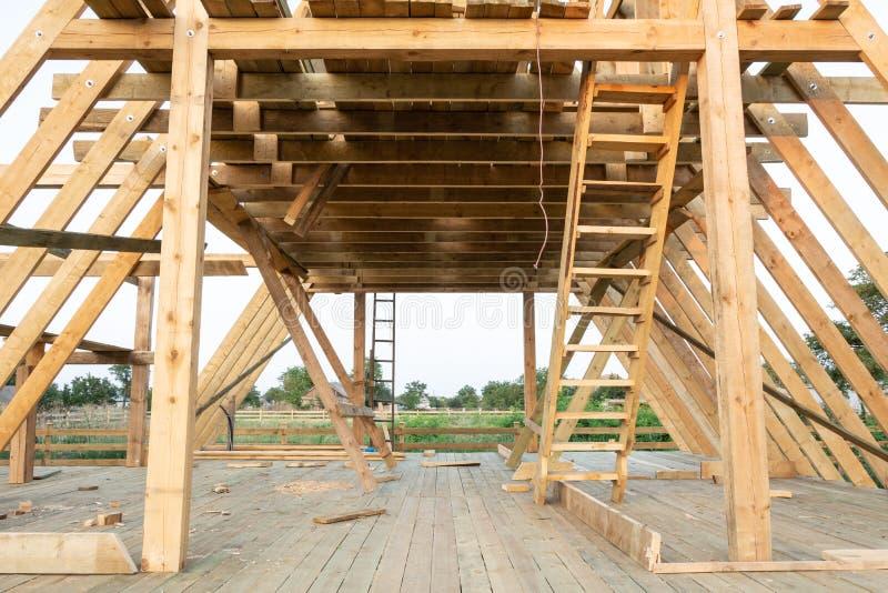 低角度观点的构筑的成员在木框架家建设中日落的 免版税库存照片