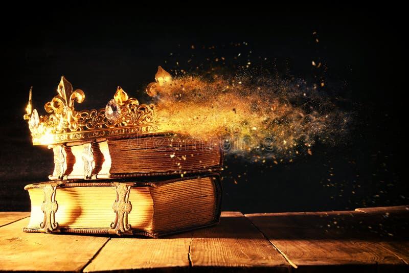 低调女王/王后/国王冠在旧书 被过滤的葡萄酒 Fant 免版税图库摄影