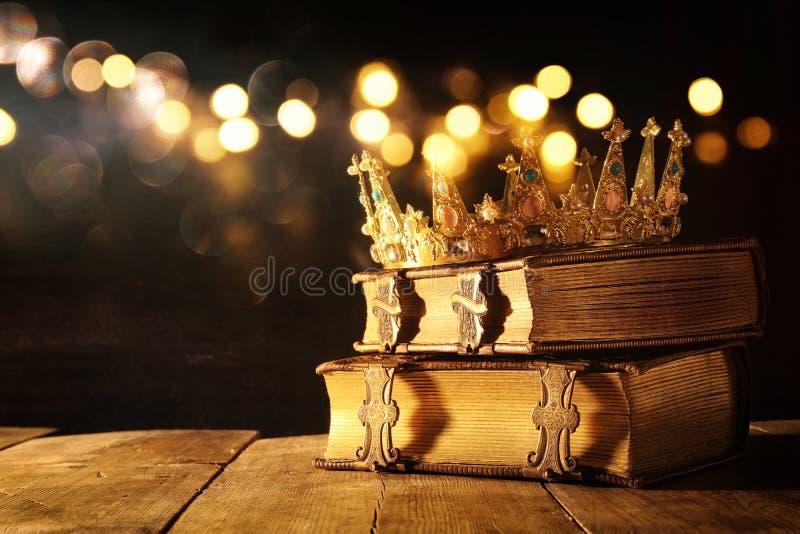 低调女王/王后/国王冠在旧书 被过滤的葡萄酒 幻想中世纪期间 免版税图库摄影