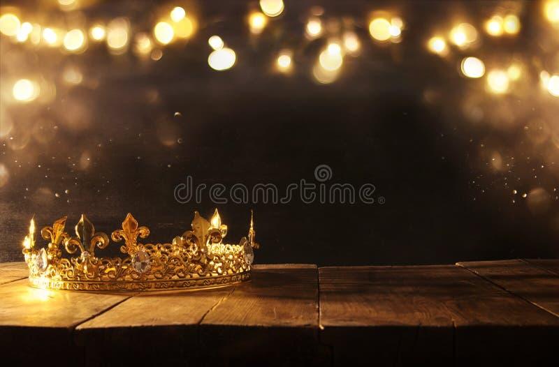 低调美丽的女王/王后/国王冠在木桌 被过滤的葡萄酒 幻想中世纪期间 免版税库存照片
