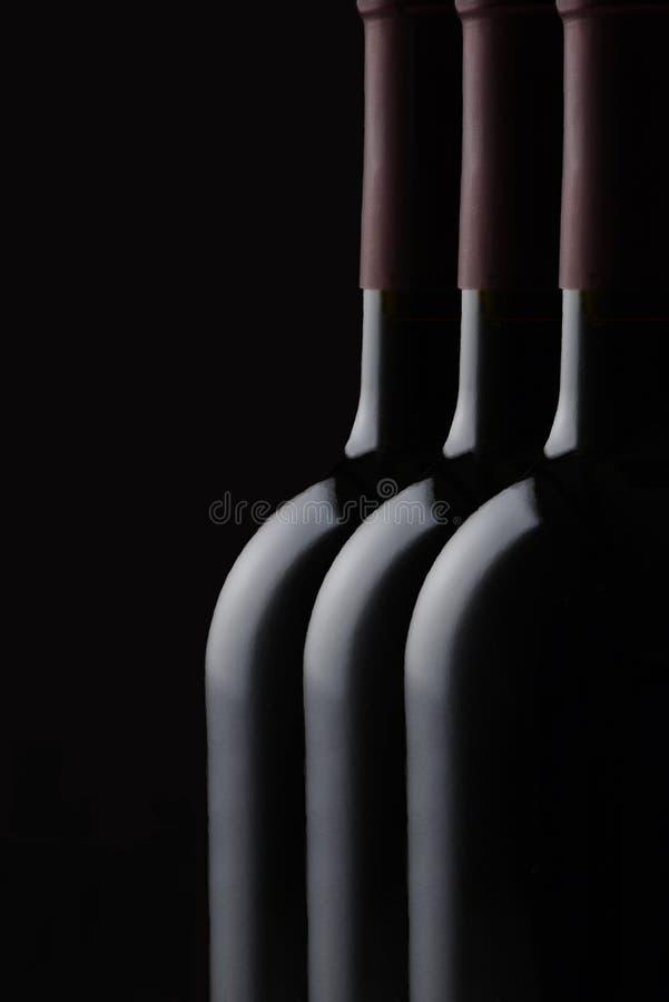 低调酒瓶静物画 免版税库存照片
