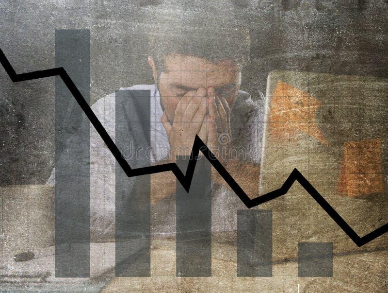 低销售和破产预感难看的东西肮脏的复合设计长条图与疲乏的沮丧的商人 库存照片