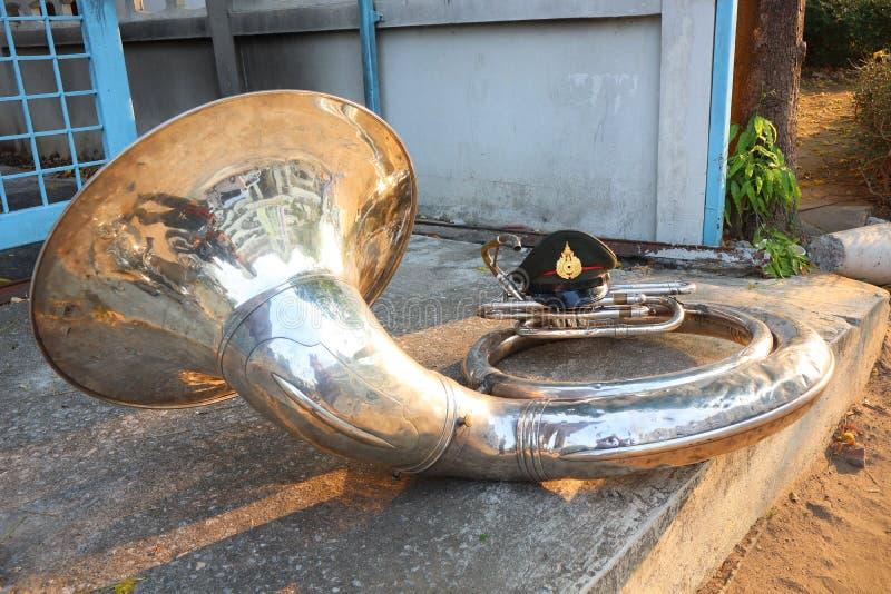 低音喇叭是在同一种风琴的最大的铜管乐器仪器 声音的本质是深和深的 库存图片