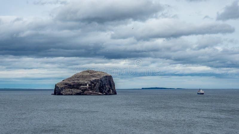 低音岩石 从东南海岸的看法在北部贝里克附近 E 免版税库存照片