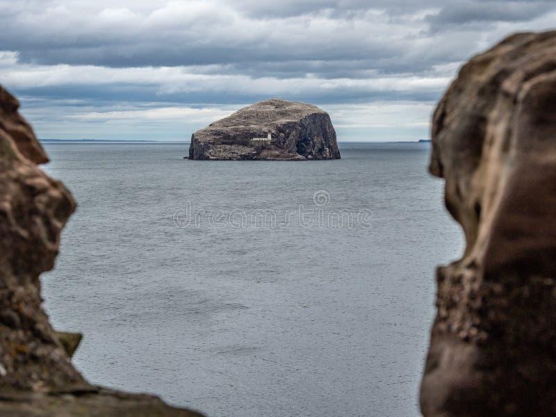 低音岩石 从Tantallon城堡的看法在北部贝里克附近 E 库存照片