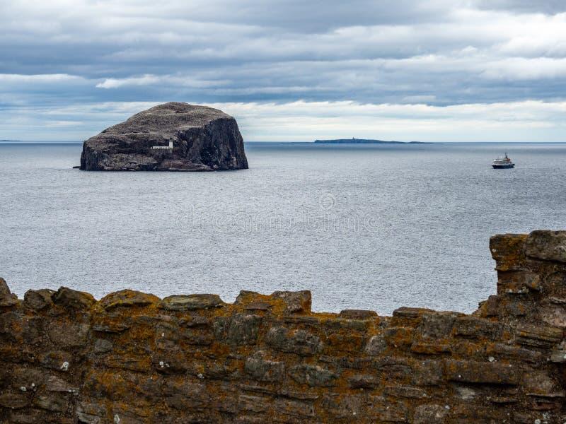 低音岩石 从Tantallon城堡的看法在北部贝里克附近 E 免版税库存照片