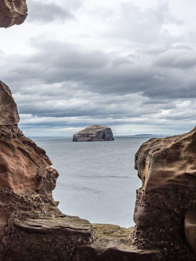 低音岩石 从Tantallon城堡的看法在北部贝里克附近 E 库存图片