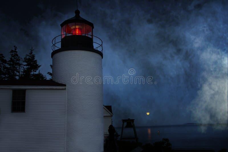 低音港口顶头灯塔在有雾的夜在低音港口缅因 库存图片