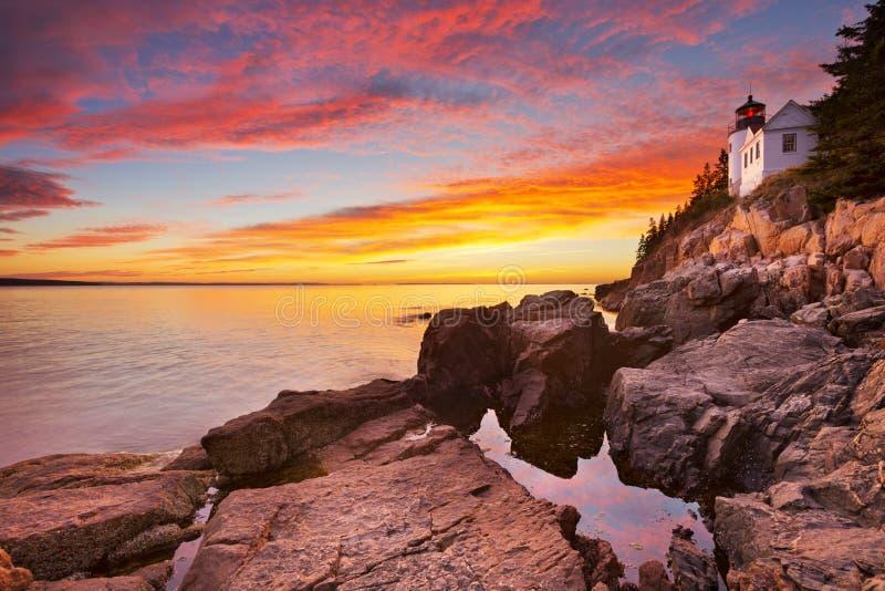 低音港口头灯塔,阿卡迪亚NP,缅因,日落的美国 免版税库存图片