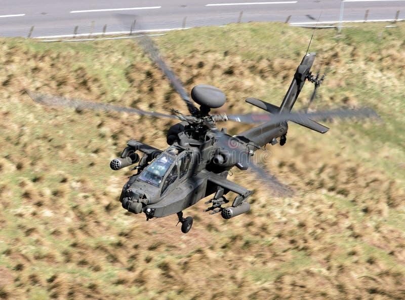 低飞行直升机军人 图库摄影