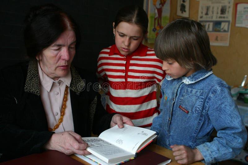 低年级的学生是在学校教师,俄罗斯旁边 库存图片