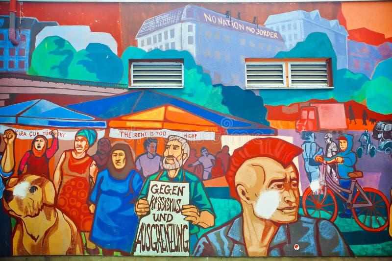 围住与人群的街道画抗议反对非法移民改革 库存图片
