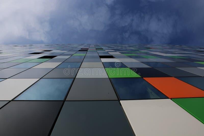 住处五彩纸屑、最五颜六色的大厦在uithof和一天空蔚蓝加上有些云彩 免版税库存照片
