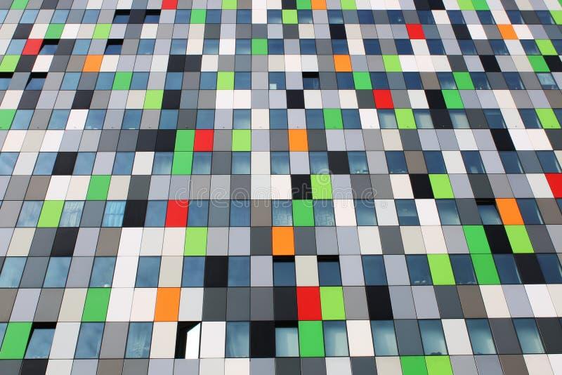 住处五彩纸屑,在uithof的最五颜六色的大厦与许多不同的颜色盒 库存照片