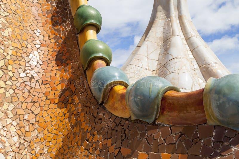 住处Batllo,屋顶,与陶瓷马赛克,巴塞罗那的细节 图库摄影
