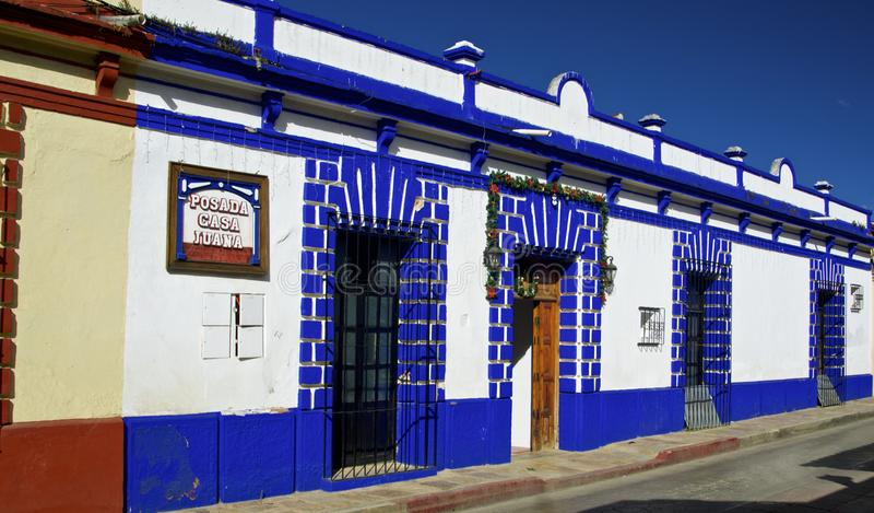 住处cristobal de las圣 有五颜六色的房子的殖民地街道 住处cristobal de las圣 免版税图库摄影